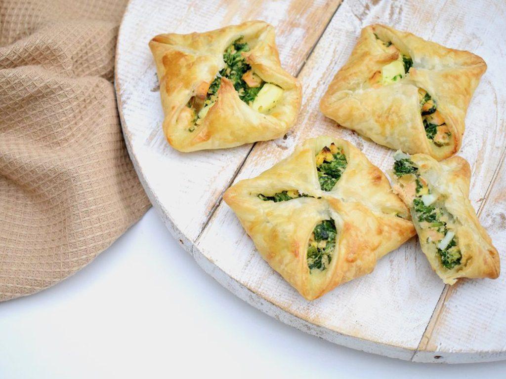 Bladerdeeg pakketjes gevuld met zalm, spinazie en ei | Lekker recept