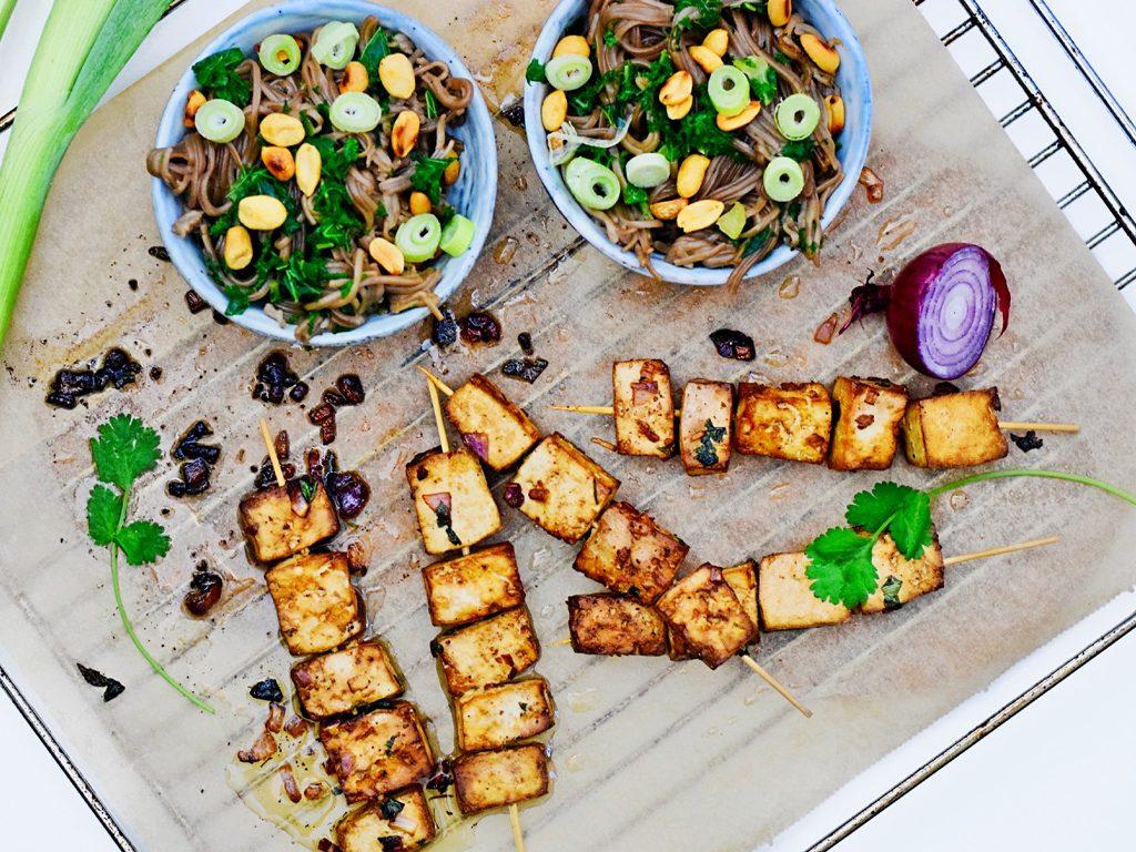 Gemarineerde tofu spiesjes met noodles | Healthy Wanderlust
